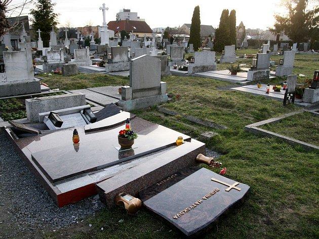Vandalové způsobili na hřbitově v Opavě-Kateřinkách rozsáhlé škody.