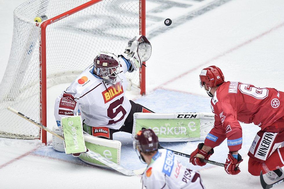 Utkání 9. kola hokejové extraligy: HC Oceláři Třinec - HC Sparta Praha, 12. října 2018 v Třinci. Na snímku (zleva) brankář Sparty Matěj Machovský a Tomáš Marcinko.