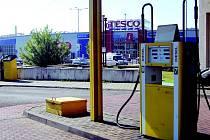 Benzinka. Kdy zřídí vedení společnosti Tesco poblíž opavského hypermarketu svou benzinku, není zatím jasné.