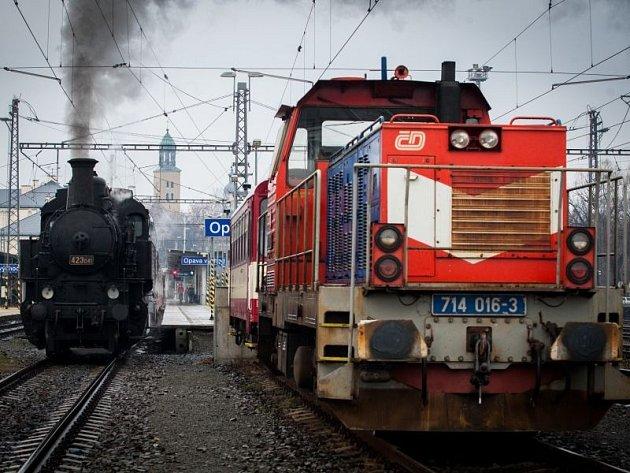 Parní lokomotiva vyrazila v sobotu z opavského východního nádraží, aby odvezla zájemce na vánoční jarmark v Hradci nad Moravicí. I přes studené a deštivé počasí se řada lidí nenechala odradit a na jarmark přijela.
