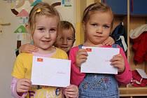 Smích, křik a nádech vánoční atmosféry provázely čtvrteční dopoledne v Mateřské škole Havlíčkova v Opavě. Česká pošta zde totiž přijela se svým autem, aby děti mohly odeslat dopis Ježíškovi.