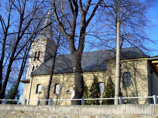 Kostel svatého Prokopa podle místních obyvatel chátrá již od konce druhé světové války.