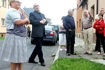 Středeční setkání obyvatel ulice Anenské a náměstka primátora Daniela Žídka se uskutečnilo přímo na chodníku. Debata se místy trochu přiostřovala.