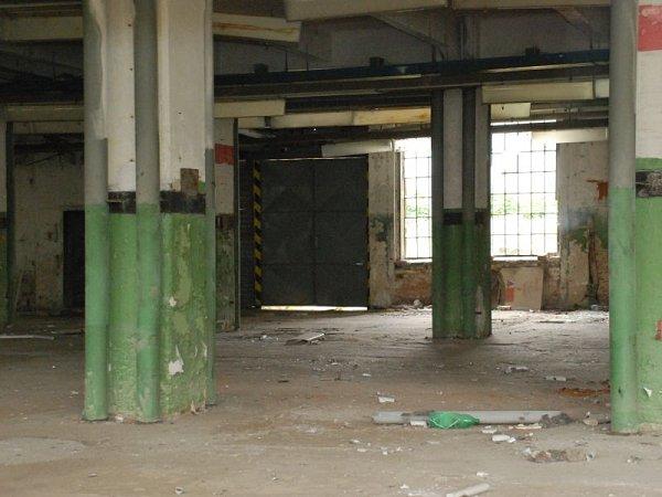 Zvnitřních prostorů bývalé textilky zmizel sběrný kov.