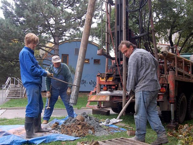 Vrty za Slezankou. Pracovníci firmy Geoprospekt prostřednictvím těžké techniky provádějí až dvacetimetrové statické vrty.