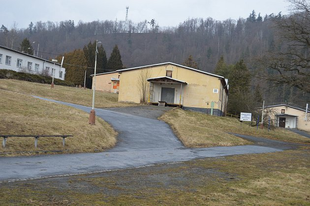 Areál bývalé školy se v současné době prázdný. Výjimkou jsou jen dílny.