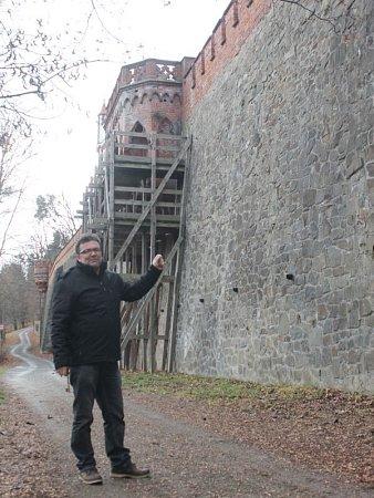 Radomír Přibyla ukazuje, že vrámci první etapy rekonstrukce Červeného zámku bude jako první opravena vyhlídka ve směru na kajlovecký rybník.