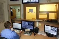 Na monitorech vítkovského operačního střediska strážníci kontrolují celkem třináct kamer. Dohledový systém je ve městě v provozu od roku 2006.