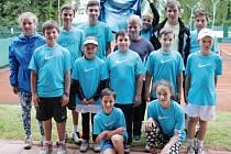 Úspěšní tenisté Hlučína, na snímku je výběr mladších žáků a dorostenců.