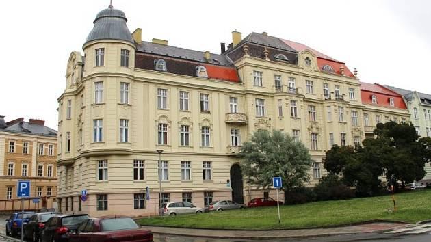 Vybudovali ho členové Řádu německých rytířů a nyní by ho chtěli zpět. V současnosti ale sídlí v bývalém velmistrovském domě v Opavě památkáři a právě ti nároky řádu zamítli. Nakonec tedy dojde k soudu.