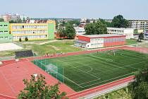 Pohled na zrekonstruované hřiště a budovu školy v Hlučíně.
