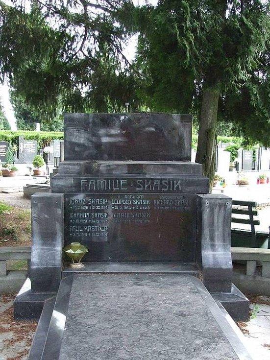 Hrob rodiny Skasikovy po krádeži.