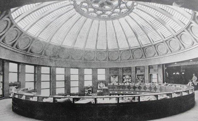Fotografie interiéru Bredy zdoby po jejím otevření, okolo roku 1928.