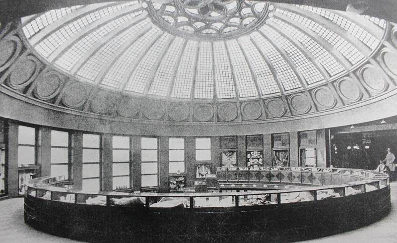 Fotografie interiéru Bredy z doby po jejím otevření, okolo roku 1928.