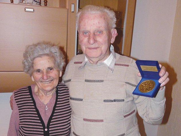 Manželé Grigarczikovi. Pořád spolu a pořád šťastní. Fotografie je pořízena letos v únoru u příležitosti pětadevadesátých narozenin Viléma Grigarczika, kdy dostal také pamětní medaili jako nejstarší žijící hasič ve Štěpánkovicích.