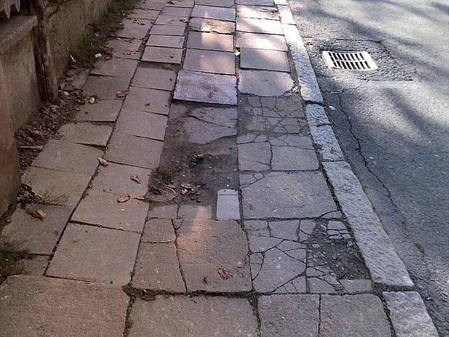 Takto vypadá v současné době chodník na Gudrichově ulici v Opavě.