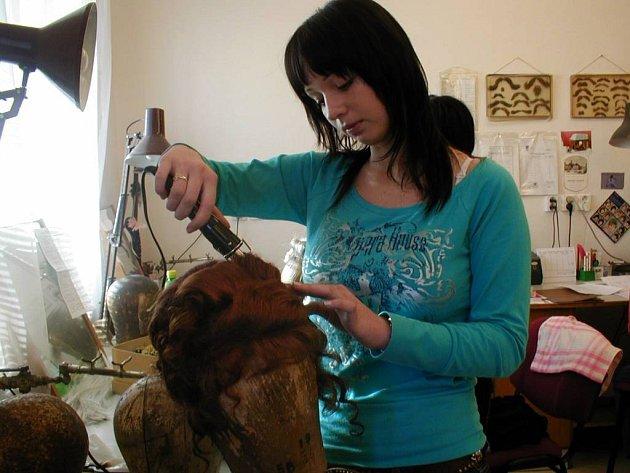 Pod rukama vlásenkářky dostala hotová paruka žádanou podobu.