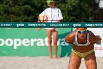 Mistrovství republiky v plážovém volejbale žen na Kolofíkově nábreží v Opavě.