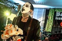 Zpěvák skupiny Baby Secondhand vystupuje namalovaný jako klaun.