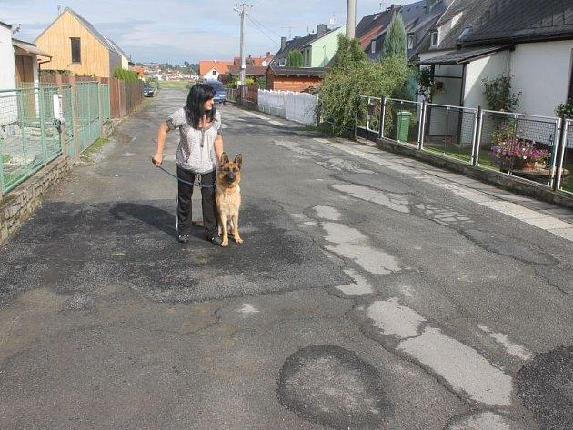 Co je nový asfalt a co díra v ulici Rybníky? Potmě můžete jenom hádat. Výtluky nejsou nebezpečné jen pro cyklisty a řidiče, ale i pro chodce, kteří mohou po setmění snadno přijít k úrazu.