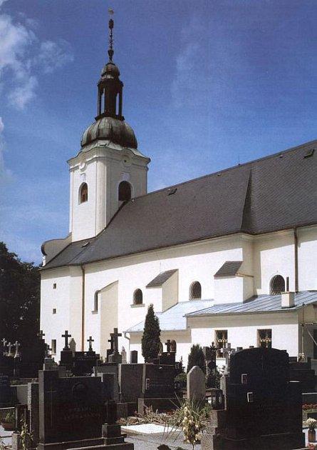 Pohled na kostel s přilehlým hřbitovem.