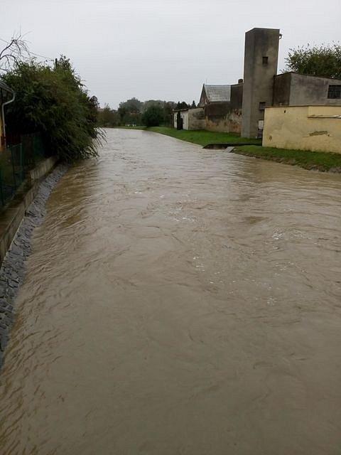Situace na řece Hvozdnice v Oticích ve středu 14. října v 8.30.