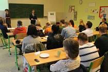 Na Slezské gymnázium v Opavě dorazila zahraniční návštěva z Polska a z Islandu, aby se podívala, jak funguje zdejší studentský parlament.