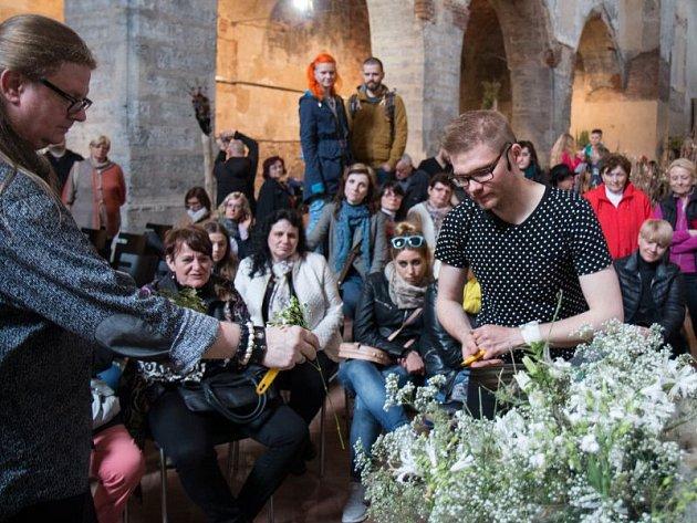 Floristická a módní přehlídka uznávaných designérů Roberta Bartolena a Přemysla Hytycha naplnila kostel sv. Václava.