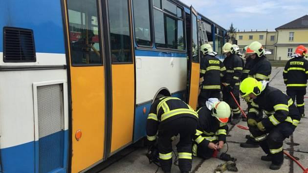 Jak vyprostit zraněné osoby z havarovaného autobusu si hasiči vyzkoušeli 18. října v Hlučíně.
