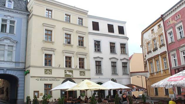 Dům U Bílého koníčka je historickou chloubou města Opavy.