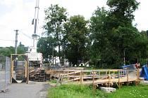 Výstavba nového mostu začala v červenci 2009.