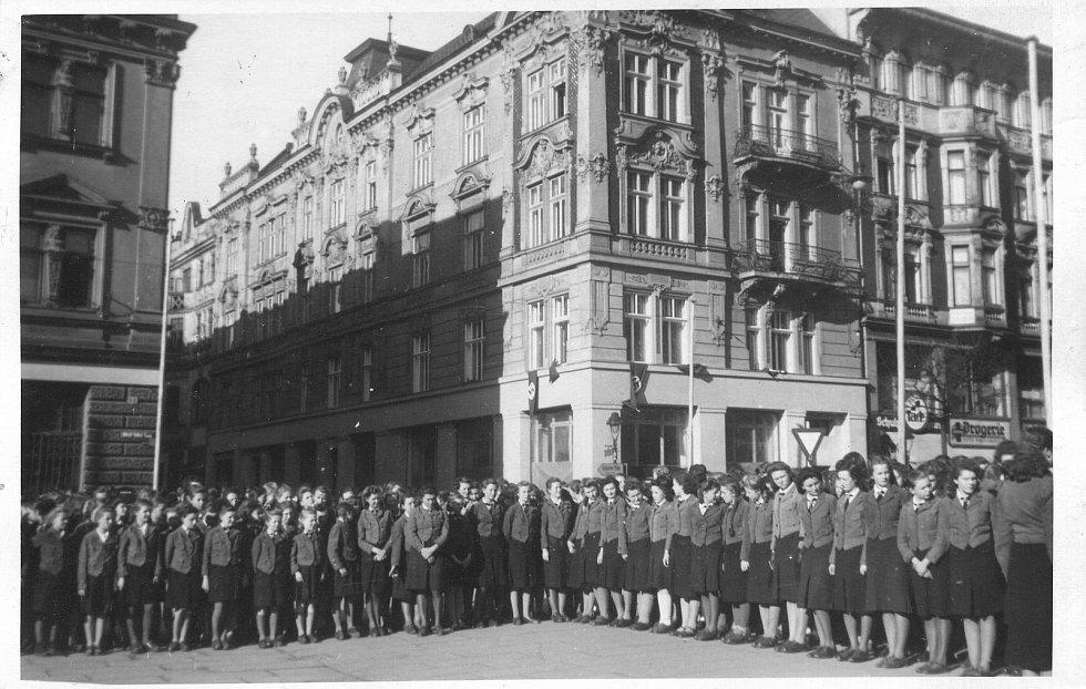 Fotografie ze srazu dívek Hitlerjugend v Opavě, snad kolem roku 1939.