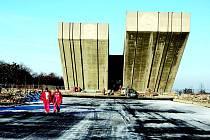 Památník. Hlavní práce na památníku mají skončit do poloviny letošního roku.