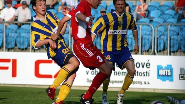 Hodně divoký průběh mělo utkání v Hradci Králové. Opava v něm uhrála remízu 3:3, když již vedla o tři góly.