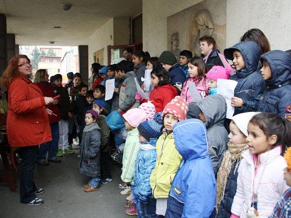 Ještě před oficiálním zahájením Česko zpívá koledy v18 hodin, se už ve středu dopoledne zapojila Základní škola na náměstí Jana Zajíce ve Vítkově. Místní žáci si vrámci této akce vytvořili iživý betlém.