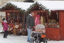 S příchodem první adventní neděle byl v Opavě zahájen i tradiční Vánoční jarmark. K stávajícímu dřevěnému stánku s punčem se tak přidaly další desítky prodejních stánků na Horním i Dolním náměstí a otevřely své pulty nakupujícím.