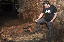 Kastelán Radomír Přibyla u nově objevené historické studny.