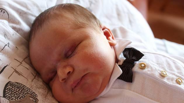 Tobiáš Varyš se narodil 1. března 2019, vážil 4,43 kilogramu a měřil 54 centimetrů. Rodiče Soňa a Jiří ze Skrochovic svému synovi přejí hlavně hodně zdraví. Na Tobiáše už doma čekají sestry Natálie a Julie.