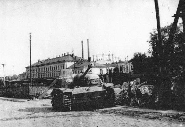 Výpravní budova východního nádraží po skončení války vroce 1945, vpozadí městská plynárna vulici Janské, vpopředí německé samohybné dělo.