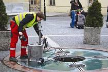 Fontánu před Obecním domem čistil minulý pátek pracovník technických služeb, aby mohla být uvedena do provozu. Spolu s kašnou na náměstí Osvoboditelů je jednou z nejsložitějších na obsluhu a údržbu v Opavě.