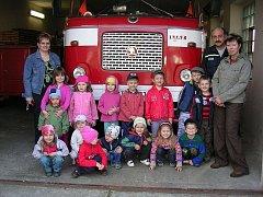 Dne otevřených dveří v hasičské zbrojnici se zúčastnily také děti z Mateřské školy ve Smolkově.