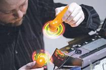 Ivan Palacký, hudebník a architekt, si vede zvukový deník ze svých cest. Jeho hlavní zálibou je prý dolování zvuků z amplifikovaného jednolůžkového pletacího stroje Dopleta 160 a 180.