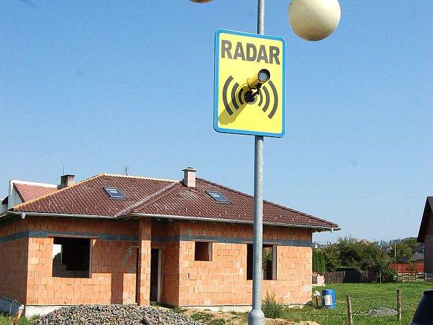 Tato značka informuje řidiče projíždějící Štáblovicemi o umístěném radaru.