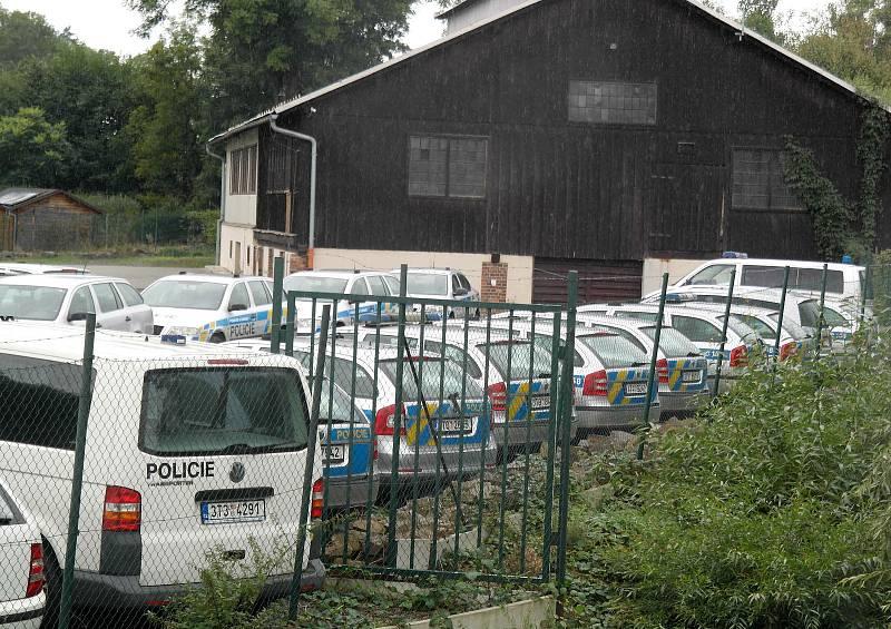 Ojetiny moravskoslezské policie na anonymním plácku kousek za cedulí Komárov na výpadovce z Opavy na Ostravu, září 2021.
