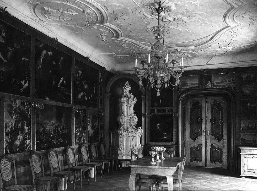 Historický snímek interiéru zámku.