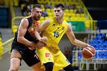 Václav Bujnoch (BK Opava) ve žlutém. Zápas 3. kola basketbalové Kooperativa NBL mezi BK Opava a Sluneta Ústí nad Labem 6. října 2018.
