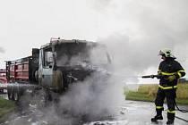 Lidé projíždějící ve středu před půl devátou ráno Březovou-Lesními Albrechticemi a obyvatelé obce byli svědky neobvyklé a dramatické podívané. V osudnou dobu zde totiž požár pohltil nákladní Tatru plně naloženou asfaltem.