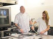 Obsluhu zákaznice zvládla budoucí studentka střední průmyslové školy na výbornou.