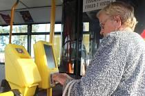"""Čipovou kartu ženy na fotografii nový systém nepřijal. Problémy se staršími """"čipovkami"""" by ovšem měly být brzy napraveny a jedná se o jednu z mála much celého systému."""