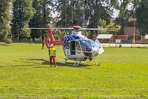 Helikoptéra přistávala v Kateřinkách u hřiště na Sokolce.
